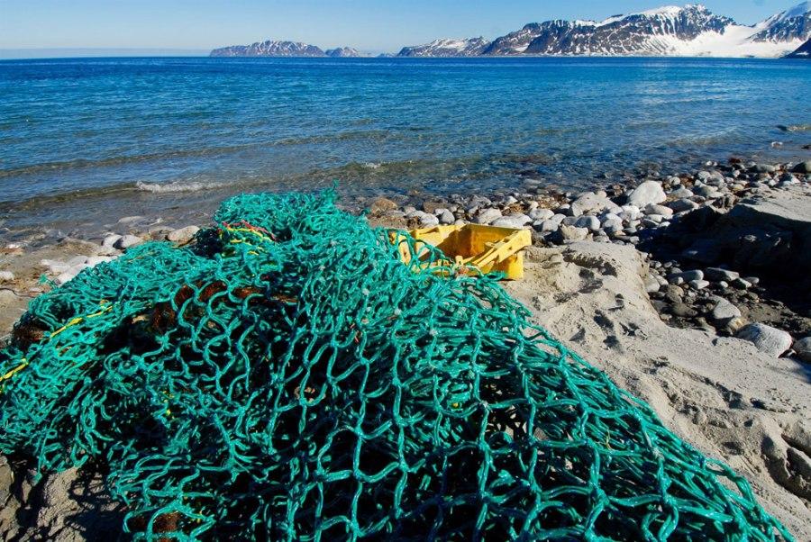 Los desechos marinos, principalmente artes de pesca, se recogen en las playas de Noroeste de Spitsbergen, Noruega. Foto: UNEP GRID Arendal / Peter Prokosch